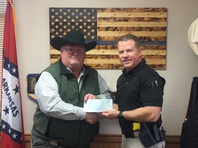 Sheriff presenting check to Special Agent Darin Archer